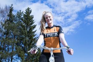 Hon cyklar för Barncancerfonden.