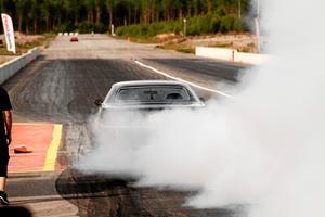 Industrirakan kallas under SHRA Lindesbergs arrangemang för Linde raceway. Här är en bil på väg ner mot målgången, och en värmer upp däcken.