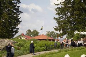 ...och byttes ut mot svenska flaggan