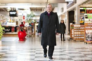 BISKOPEN PÅ KÖPIS. Biskop Ragnar Persenius avslutar i dag ett flera dagar långt besök i Valbo församling, där Köpis drar betydligt fler människor än kyrkan.