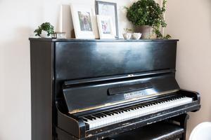 Döttrarna Eleonora och Madeleine Stålhammar har övat många gånger på pianot inför sina lektioner.