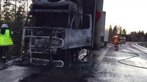 Ingen skadades vid lastbilsbranden, som tros ha orsakats av ett kylaggregat som gått sönder.