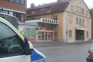 En anställd på Ica Profilen i Kumla utsattes för ett knivöverfall i går morse. Den man som sitter anhållen för dådet är tidigare dömd för rån.