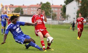 Niklas Svärd i duell med Fagerstas Serge Kebbeh. Foto: Mikael Stenkvist