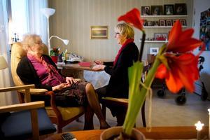 Glad igen. Dagmar Ekblad, 94 år, och dottern Rigmor Hermansson talar om korten som ska skrivas till barnbarnen och nästa dags besök hos frisören. Nu är Dagmar pigg igen, efter att läkare och sjuksköterska granskat och prövat fram bättre medicinering.