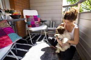 Efter. Trevligt uterum. Sandra myser på balkongen tillsammans med hunden Selma.