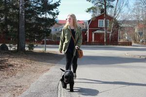 Jennifer Fredriksson är ute och går med Skrållan, sin amerikanska cocker spaniel.