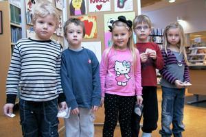 Alla barn har samma rättigheter och lika värde. Ingen får diskrimineras, är några av budskapen i utställningen som här besöks av barn från förskolorna Sparven och Noten.
