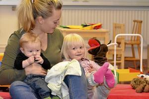 Mamma och barn. Maria Svanberg har tagit med sig barnen Anton, fyra månader, och Amanda, två och ett halvt år.