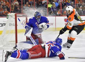 En monstermatch av Henrik Lundqvist ledde New York Rangers till seger mot Philadelphia Flyers.