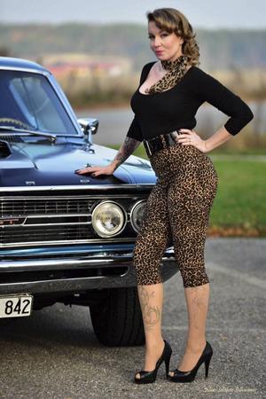 SugarDoll, eller Emma Fredriksson, har varit motorintresserad sedan barnsben. Som medlem i Retro pinup Sweden kombinerar hon sitt bilintresse med intresset för retrostil.