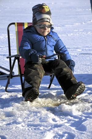 Nybörjare. Herman Svensson, fyra år, provade att pimpla för första gången under söndagens barntävling. – Det kommer ingen fisk, konstaterade han efter ett tag.
