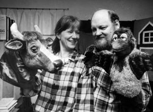 Jujja Wieslander och Tomas Wieslander (som avled 1996) med sina skapelser Kråkan och Mamma Mu. Hemma var Åttersta utanför Sandviken, året 1988.