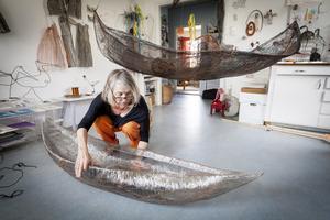 Tre månaders arbete. Kira Malmsten med en av sina båtar i ateljén.