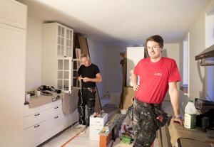 Jesper Andersson, som driver företaget J-A Bygg, har jobbat med renoveringarna sedan i somras. Stefan Åsell är elektriker och pappa till husets ägarinna Petra Åsell. Han jobbar med att sätta in spots i köksskåpen.