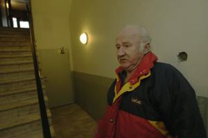 Åke Wallin visar var butikspersonalen överraskades av rånarna.