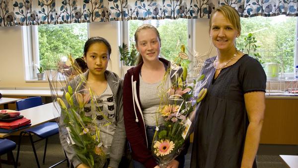 Fanny Tran och Adele Lejon Kanding kom trea i Prata om spels nationella matematiktävling. Rektor Helene Blomgren uppvaktade dem med blommor. Som pris får deras klass 2000 kronor att dela på.