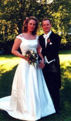 Kajsa Sandin och Stefan Boström, Skönsmon, har den 27 augusti vigts i Skönsmons kyrka. Vigselförrättare var Ulf Johansson. Sång framfördes av Katarina Söderberg.