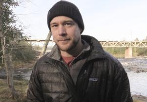 Daniel Persson är fiskvårdare och ser till att fisken mår bra i Ljungan.