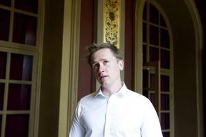 Roger Hedlund i SD struntar i att betala skadestånd efter att ha misshandlat en syndikalist år 2000.