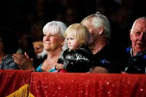 Farföräldrarna Björn och Kristina med barnbarnet Jaffa Berthas. Jaffa tyckte bäst om hundarna och hästarna.