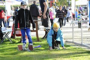 Bröderna Hugo och Wictor Nilsson fick prova starter och häcklöpning hos friidrottsföreningen Östersunds GIF.