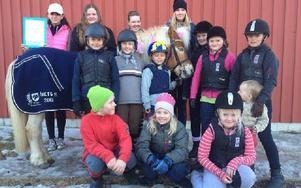 """Delar av VRS ungdomssektion samlade runt hästen """"Ludde"""""""