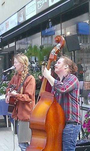 Erika Lundqvist och Patrik Grundström under ett framträdande på torget i Härnösand.