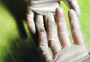 Engångshandskar skyddar bara en gång. Därav namnet. En god och noggrann handhygien är det som gör skillnad. Foto: Martina Holmberg/TT