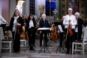 Säbrå orkesterförening tar emot applåderna efter sitt fina framträdande.