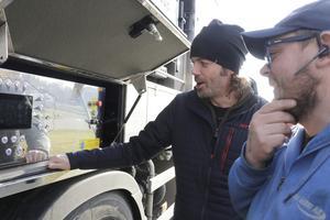 Henrik Ekman som kört bilen från Finland sköter den tekniska supporten och visar hur bilen funkar.