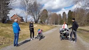 Föreningens kassör KG Wiklund delger några av deltagarna swishnumret på rekommenderat avstånd. Foto: Anna Forsberg