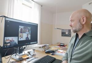 Anders Edvinsson, ordförande i Föreningen Nordens lokalavdelning för Östersund och Jämtland, ledde årsmötet hemifrån med sedvanliga punkter på dagordningen.Foto: Privat
