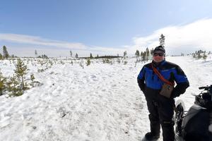 Andreas Jonsson håller koll på renarna, som snart ger sig av på vandringen mot fjällen.