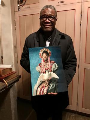 """Denis Mukwege fick även med sig en kopia av Stefanie Anderssons """"Peace"""" med sig hem. Foto: Svenska kyrkan"""