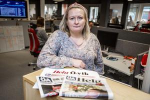 Sandra Bygdén Shameh, chefredaktör, med ÖA:s tidningar.