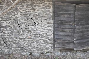 Stora sprickor i fasaden till väggen på maskinhuset. Foto: Smedjebackens kommun