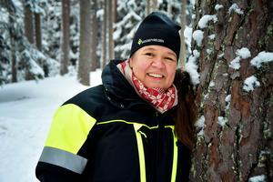 Vanja Strand kommer ursprungligen från Jämtland. Via bland annat lärarjobb på skogsskola i Värmland och vikariat på Skogsstyrelsen i Bredbyn, är hon sedan 2007 distriktschef för myndigheten i länet.
