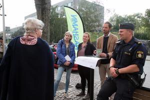 Maria Gard Günster (C), Elin Giotis, samhällsplanerare på Nynäshamns kommun, Christian Wigren, kanslichef på Nynäshamns kommun, och Jerry Lundqvist, områdespolis, fick en hel del synpunkter från nynäshamnare.
