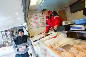 Kristian Ling har tagit över den ambulerande fiskförsäljningen av Anders Holmberg, t v.