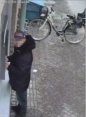 En av de män som nu döms för brott fångades av en övervakningskamera i Söderhamn, när han försökte ta ut flera tusen från en äldre kvinnas kontokort. Foto: Polisens förundersökning