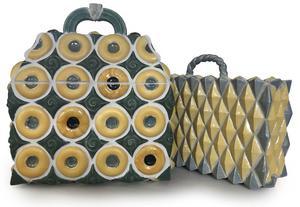 Nya resväskor i keramik, av Lena Andersson.