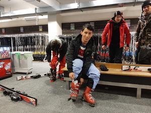 Esmatullah provar skidor.