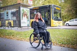 Rullstolsburna Sussanne nekas åka buss – trots att hon har rätt till det.