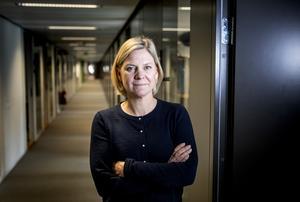 Finansminister Magdalena Andersson (S) hänvisade till att nedläggningen av kontor på mindre orter är Kronofogdens beslut.