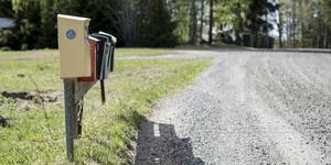 Hela sommaren har en person i Skinnskatteberg blivit bestulen på sin post.