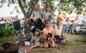 Jon Hansson, Alva Karlsson, Märta Hansson, Pia Glaumann samt Lovis och Kajsa Hansson (sittande på filten) hade packat med sig käpphästar och fika för en sommarkväll att minnas.