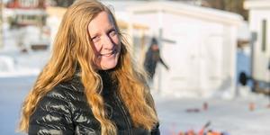 Även om snön yr eller om det blötsnöar så tränar Helena Pettersson på att förbättra sig i kubb. Fast det går onekligen lättare när solen skiner.