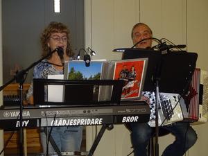 Glädjespridarna Ewy & Bror Munther gläder publiken med sång, musik och glatt humör.