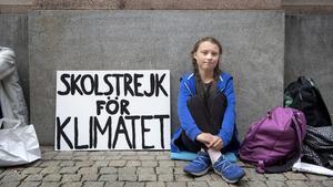 Greta Thunberg är 15 år och djupt engagerad i klimatfrågan. Hon skolstrejkar utanför riksdagshuset i Stockholm (augusti 2018) och tänker fortsätta med det fram till valet. Foto: Jessica Gow/TT